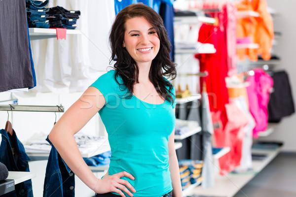 Nő vásárol divat farmernadrág bolt bolt Stock fotó © Kzenon