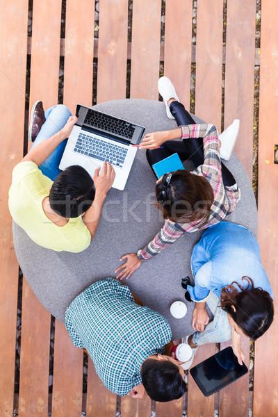 Jungen Mitarbeiter modernen Wireless-Technologie arbeiten Stock foto © Kzenon