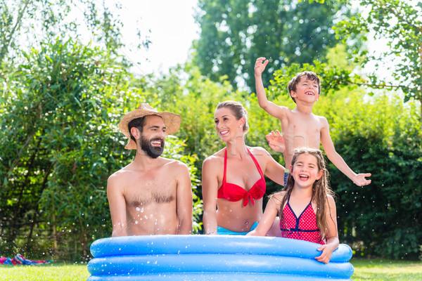 Família resfriamento para baixo água jardim Foto stock © Kzenon