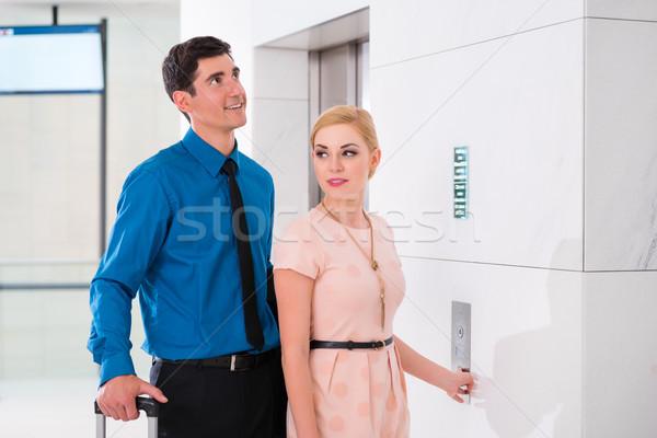 Casal espera hotel elevador elevador feliz Foto stock © Kzenon