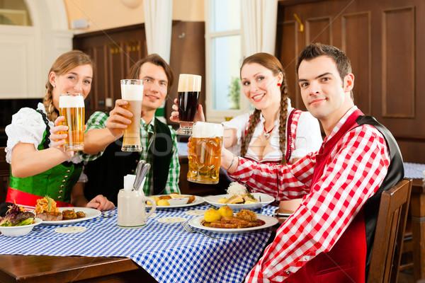 Pessoas tradicional alimentação restaurante pub jovens Foto stock © Kzenon