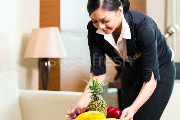 Asian chinese hotel huishoudster vruchten uitvoerende Stockfoto © Kzenon