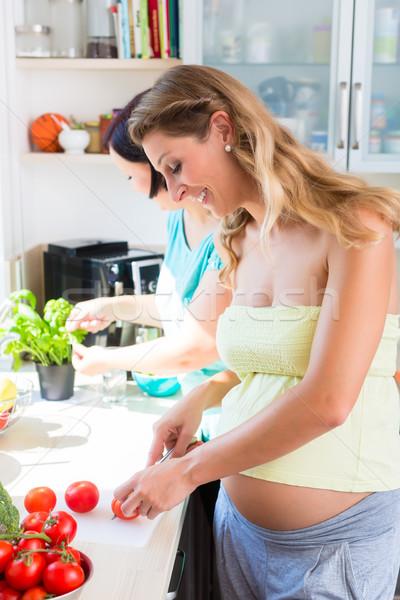 Freunde Salat eine Frau schwanger Schneiden Gemüse Stock foto © Kzenon