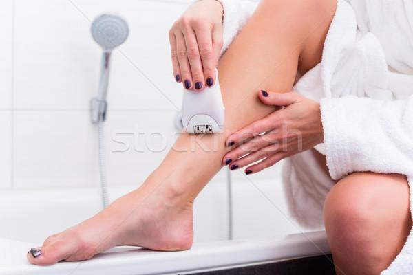 Vrouw vergadering rand kuip badkamer vrouwen Stockfoto © Kzenon