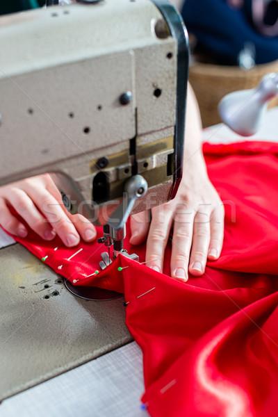 Detay kadın dikiş makinesi düğmeler eller kırmızı Stok fotoğraf © Kzenon