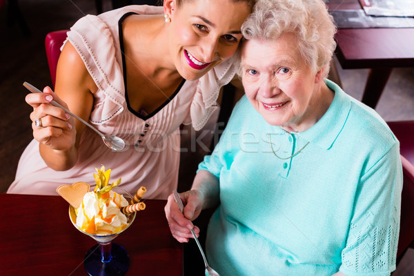 Nagymama fiatal nő eszik fagylalt idős nő Stock fotó © Kzenon