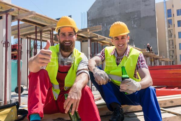 Dwa młodych pracowników pitnej zimno piwa Zdjęcia stock © Kzenon