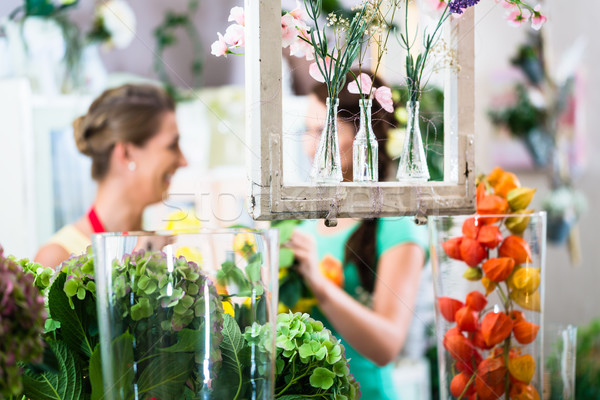 Florista mujer cliente flor Foto stock © Kzenon
