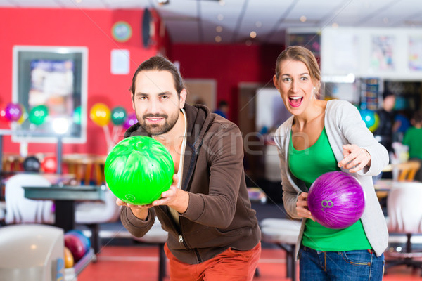 Couple jouer bowling centre main homme Photo stock © Kzenon