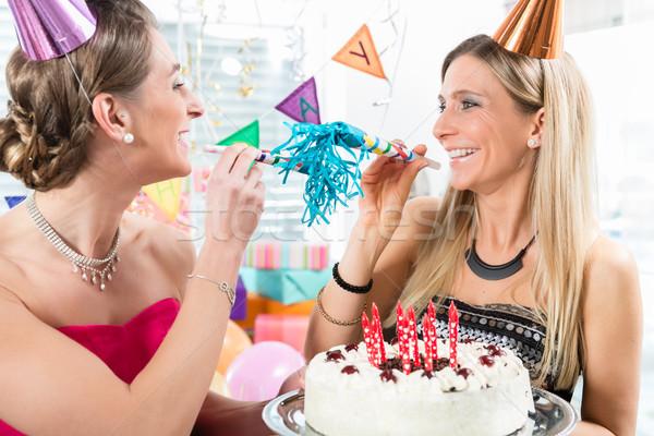 Kettő derűs nők legjobb barátok tart születésnapi torta Stock fotó © Kzenon