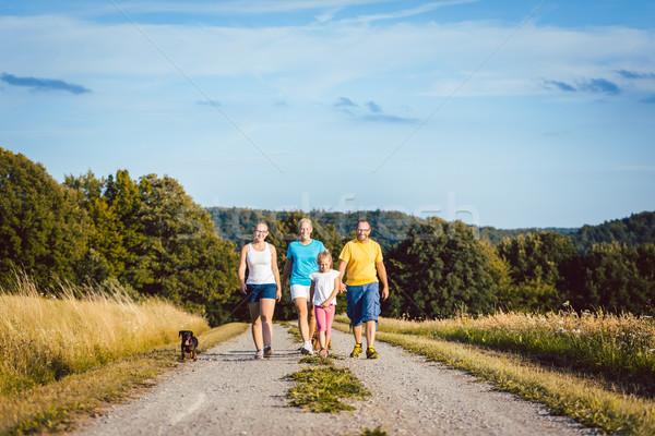 Familie lopen hond vuil pad zomer Stockfoto © Kzenon