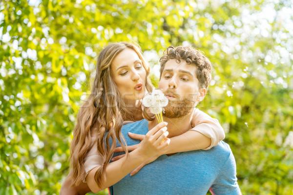 Nő férfi legelő romantikus hangulat élvezi Stock fotó © Kzenon