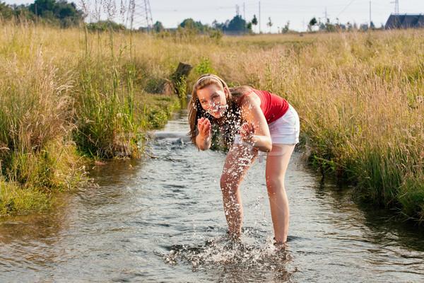 Mujer pie arroyo verano pequeño agua Foto stock © Kzenon