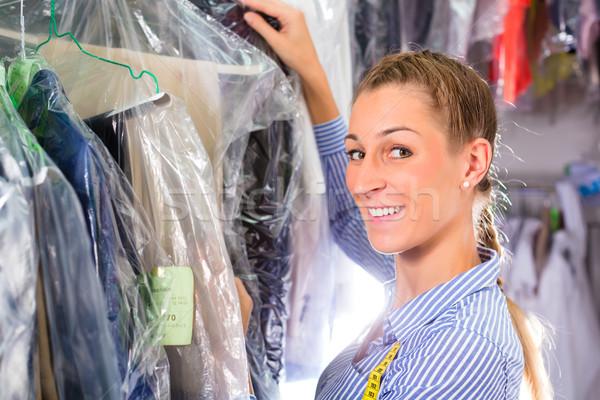Limpador lavanderia compras limpar roupa feminino Foto stock © Kzenon