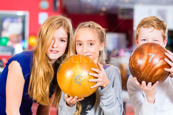 Dzieci znajomych gry wraz bowling centrum Zdjęcia stock © Kzenon
