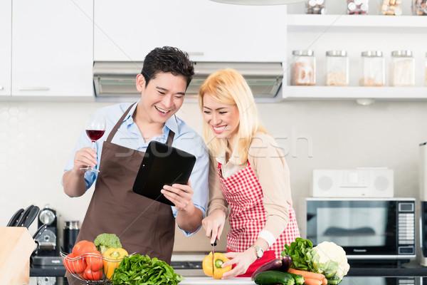 Asian paar koken recepten vrouw Stockfoto © Kzenon