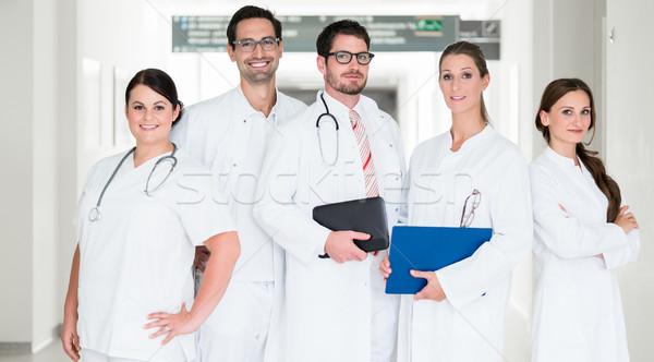 Foto d'archivio: Squadra · medici · piedi · ospedale · corridoio · donna