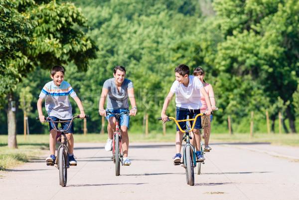 Familie vier Fahrrad Tour Sommer Mann Stock foto © Kzenon