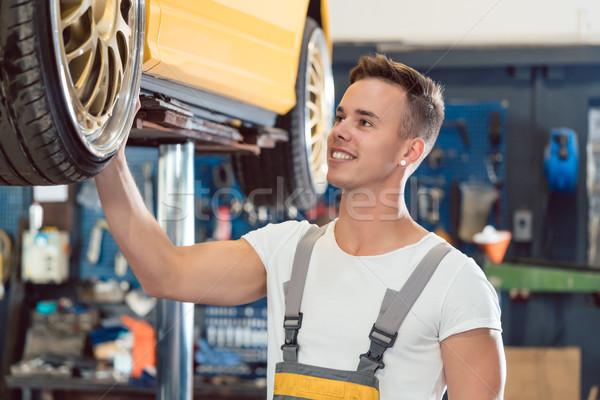 Portret auto tuning specialist glimlachend wielen Stockfoto © Kzenon