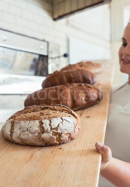 Vers brood boord bakkerij vrouwelijke bakker Stockfoto © Kzenon