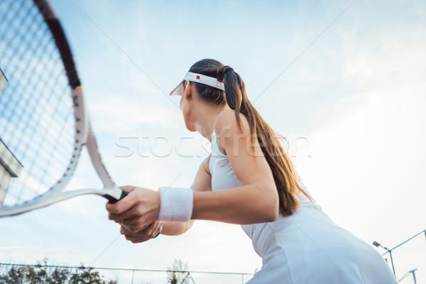 Nő visszatérés játszik tenisz teniszpálya fitnessz Stock fotó © Kzenon