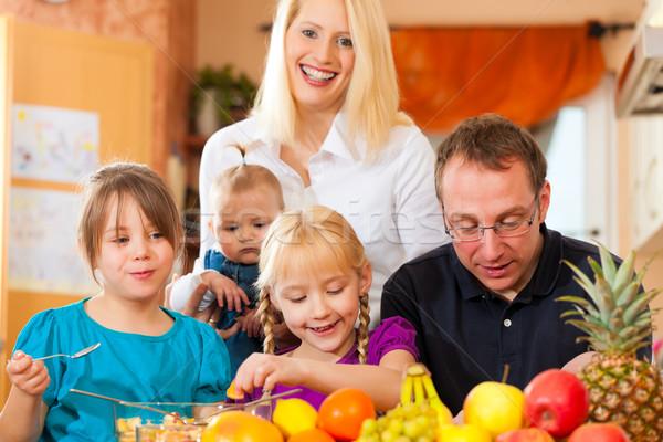 Aile sağlıklı beslenme anne baba çocuklar Stok fotoğraf © Kzenon