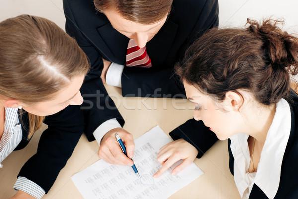 Pracy arkusz kalkulacyjny grupy trzy osoby dyskusji Zdjęcia stock © Kzenon