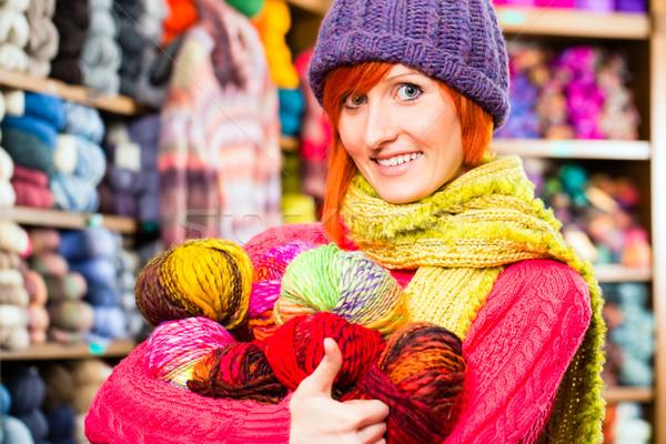 Fiatal nők köt bolt fiatal nő vásárol színes Stock fotó © Kzenon