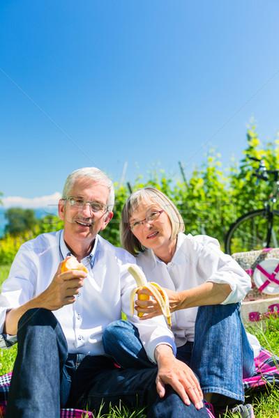 Foto stock: Casal · de · idosos · alimentação · potável · piquenique · verão · fruto
