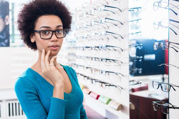 Mujer negro gafas óptico tienda comprar negocios Foto stock © Kzenon