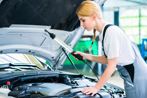 Vrouwelijke monteur werken auto workshop motor Stockfoto © Kzenon
