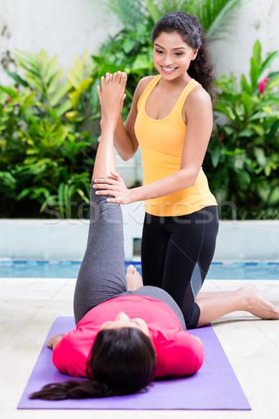 женщину помогают друга ногу брюшной тренировки Сток-фото © Kzenon