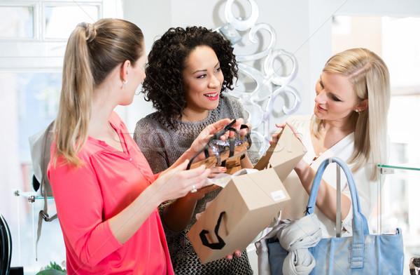 Znajomych zakupy podróży sandały buty Zdjęcia stock © Kzenon