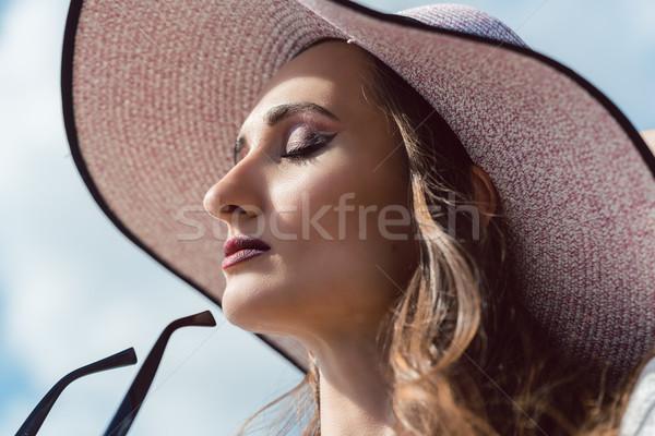 женщину морем Солнцезащитные очки глядя подобно Сток-фото © Kzenon
