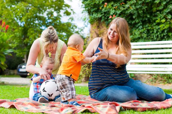 Mère grand-mère enfants parc heureux jeunes Photo stock © Kzenon