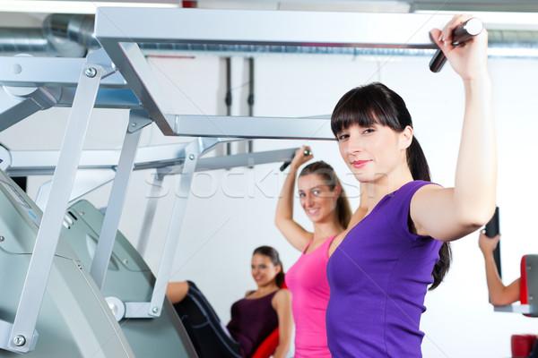 Gymnasium vrouwen sterkte fitness opleiding gelukkig Stockfoto © Kzenon