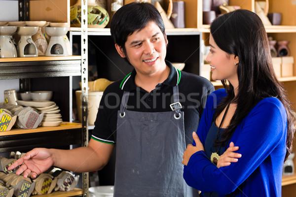 Müşteri Asya çanak çömlek hatıra satıcı Stok fotoğraf © Kzenon