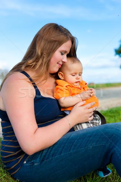 Familie moeder kind vergadering weide spelen Stockfoto © Kzenon