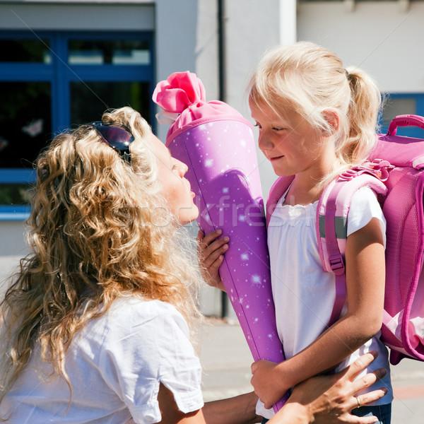 Első nap iskola anya elvesz lánygyermek Stock fotó © Kzenon