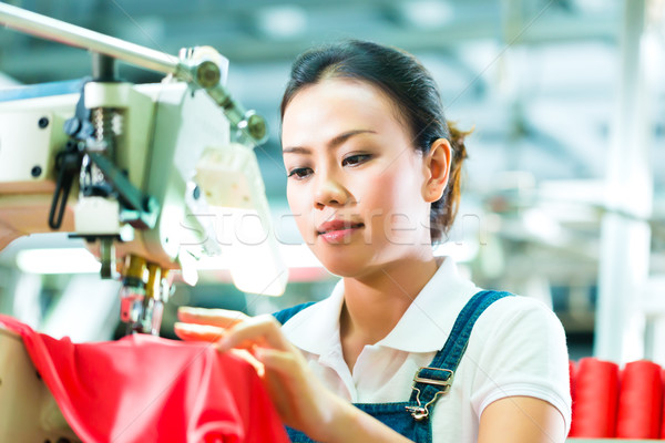 Chinês têxtil fábrica trabalhador de costura industrial Foto stock © Kzenon
