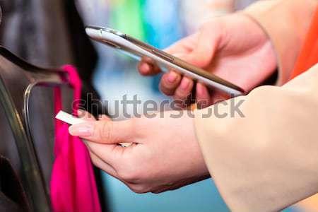 Mulher preço comparação roupa compras compras Foto stock © Kzenon