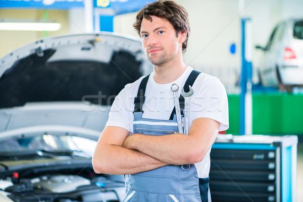 Mekanik çalışma araba atölye adam hizmet Stok fotoğraf © Kzenon