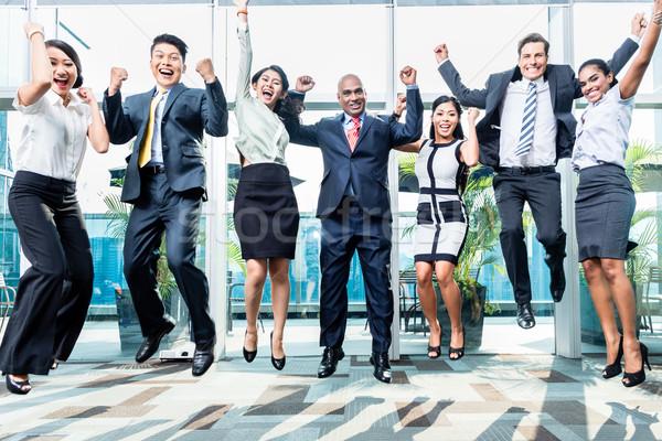 Diversité équipe commerciale sautant célébrer succès chinois Photo stock © Kzenon