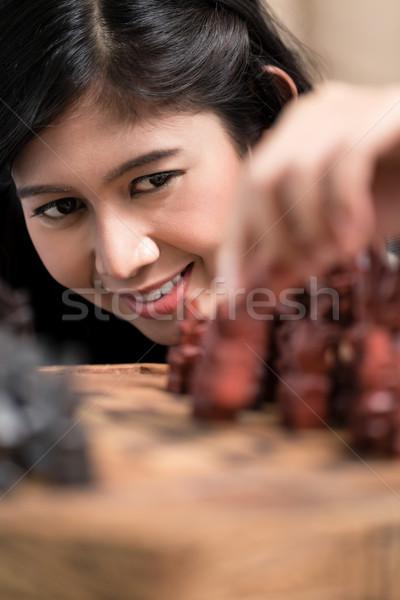 Indonesio mujer jugando ajedrez figura salón Foto stock © Kzenon
