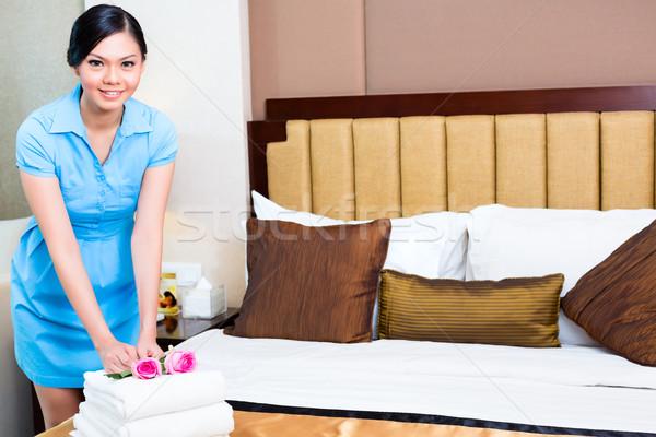 азиатка в номере отеля