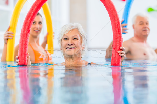 Groep fitness zwembad jonge senior mensen Stockfoto © Kzenon