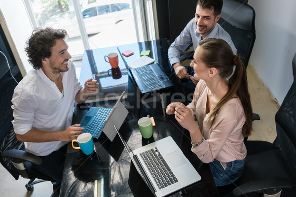 Csapat ügynökség beszél irodai asztal iroda férfi Stock fotó © Kzenon
