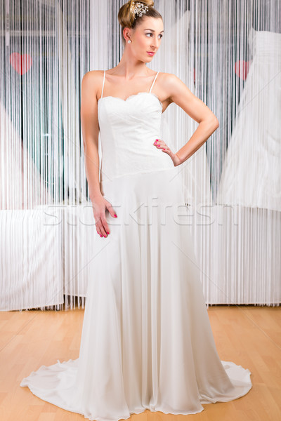 Mulher vestido de noiva compras vestido de noiva casamento moda Foto stock © Kzenon