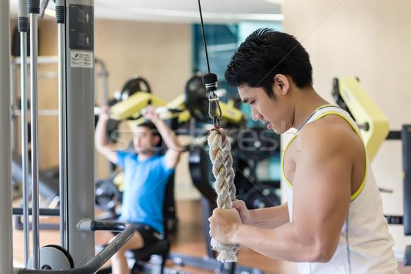 Fort jeune homme triceps corde câble Photo stock © Kzenon