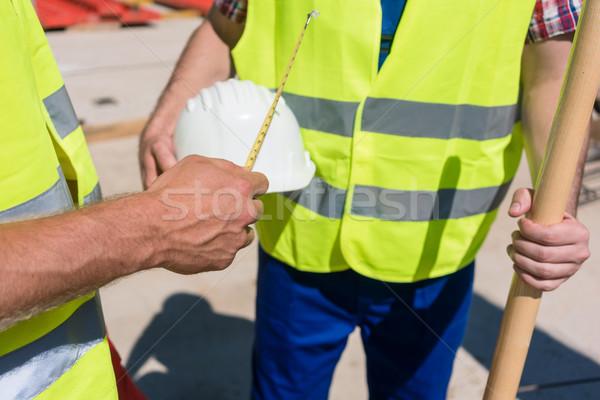 Main travailleur mètre à ruban prochaine Photo stock © Kzenon